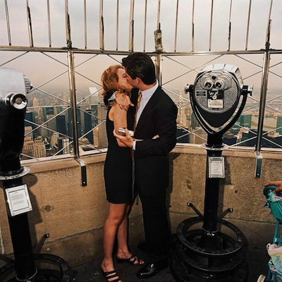 kissing-couple-atop-empire-state-building-nyc-20001