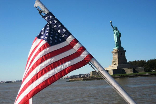 Statue-if-Liberty-flag