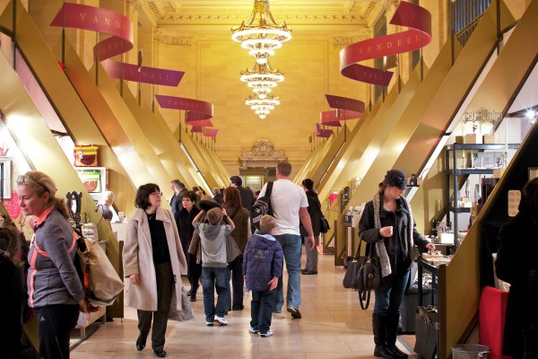 shoppers-peruse-the-holiday-fair-600x400